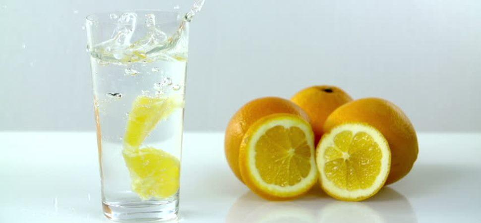 Berkumur Menggunakan Air Lemon